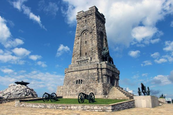 Большой бронзовый лев на памятнике Шипка