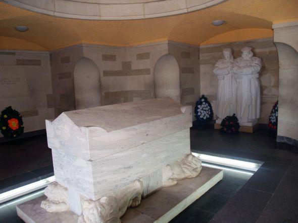 На первом этаже под саркофагом, лежащем на четырех мраморных львах, покоятся останки погибших при обороне Шипки героев